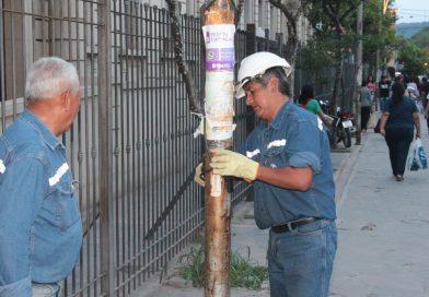 Reparan conexiones eléctricas en postes céntricos de luz