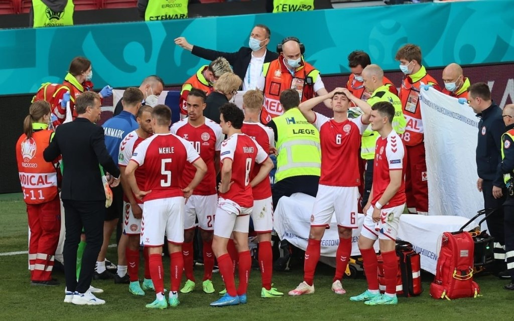 Dinamarca y Finlandia debió ser suspendido luego de que un jugador se desplomara en la cancha